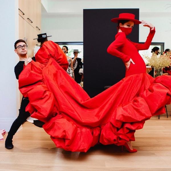Tại buổi trình làng bộ sưu tập mới của nhà mốt Christian Siriano, siêu mẫu Coco Rocha trở thành nhân vật tiêu điểm khi đảm nhiệm vị trí vedette dù đang mang thai 7 tháng. Trang phục cô khoác lên mình là kiểu đầm đỏ với phần vạt được thiết kế bồng bềnh, cầu kỳ, kết hợp cùng mũ và khẩu trang xuyệt tông.