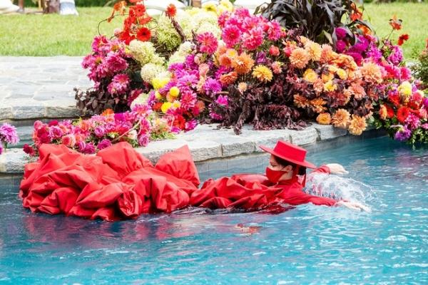 Coco Rocha còn tự nhiên tạo dáng dưới nước đúng concept của buổi trình diễn mặc dù chiếc đầm đang mặc trên người rất nặng.