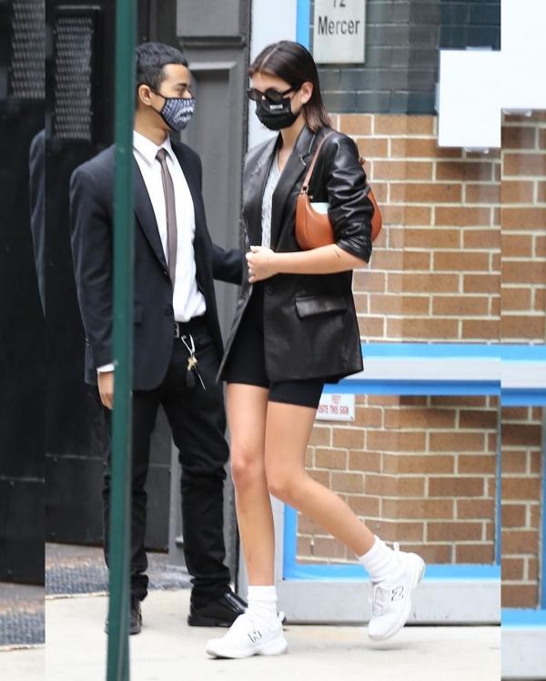 Trong thế hệ IT Girl 9x ra, ngoài Kylie Jenner, Kendall Jenner, Bella Hadid thì còn có Kaia Gerber cũng chưa bao giờ khiến giới mộ điệu thất vọng với gu thời trang của mình. Khi đi hẹn hò cùng bạn trai tại New York, Kaia Gerber phối áo phông và quần biker short màu đen khá đơn giản, nhưng cô đã khéo mix thêm chiếc blazer da bên ngoài để 'phủ' thêm sự cá tính, bụi bặm cho set đồ.