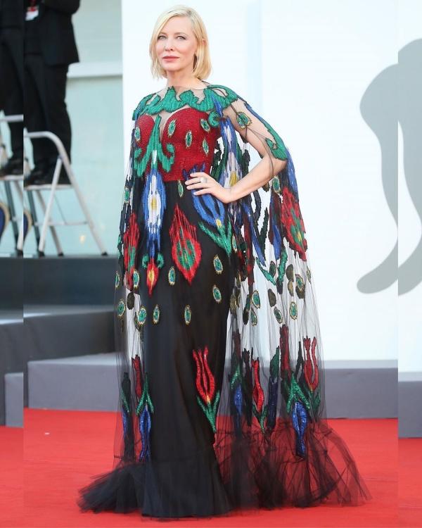 'Chị đại' Cate Blanchett thu hút trên thảm đỏ liên hoan phim Venice với chiếc đầm được lấy cảm hứng từ những chú chim công xinh đẹp của hãng Armani Privé.