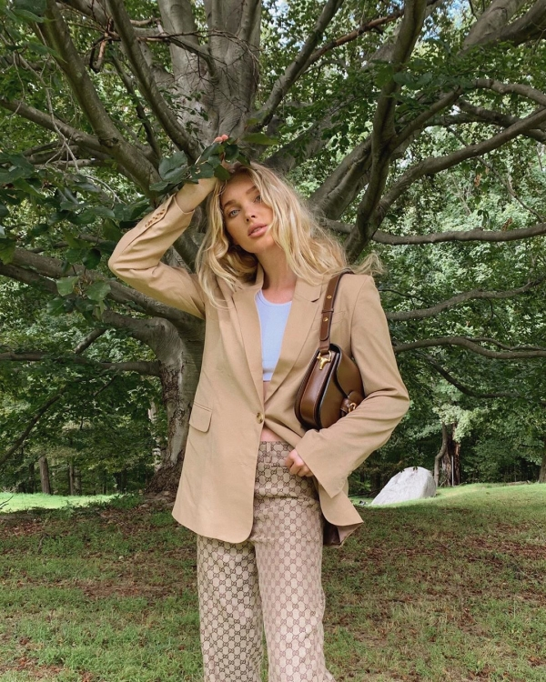 Ngoài ra thì cũng có thể phối blazer bên ngoài áo crop thun và quần vải ôm để khoe dáng cực đẹp.