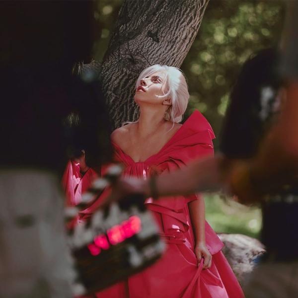 ... Tuy nhiên trong shoot quảng cáo gần đây cho Valentino, nữ ca sĩ khoe vẻ đẹp mong manh, trong trẻo đến đáng ngạc nhiên trong kiểu đầm nơ khổng lồ. Đúng là Lady Gaga, dù có là concept cỡ nào cũng không 'ngán'.