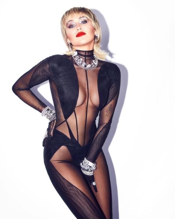 Sau những cuộc tình không có hồi kết đẹp, Miley Cyrus trở lại với style ăn mặc 'nóng 100 độ' như ngày trước. Trang phục cô mặc tại I Heart Festival 2020 khiến khán giả phải 'bỏng mắt' vì độ cắt xẻ quá táo bạo.