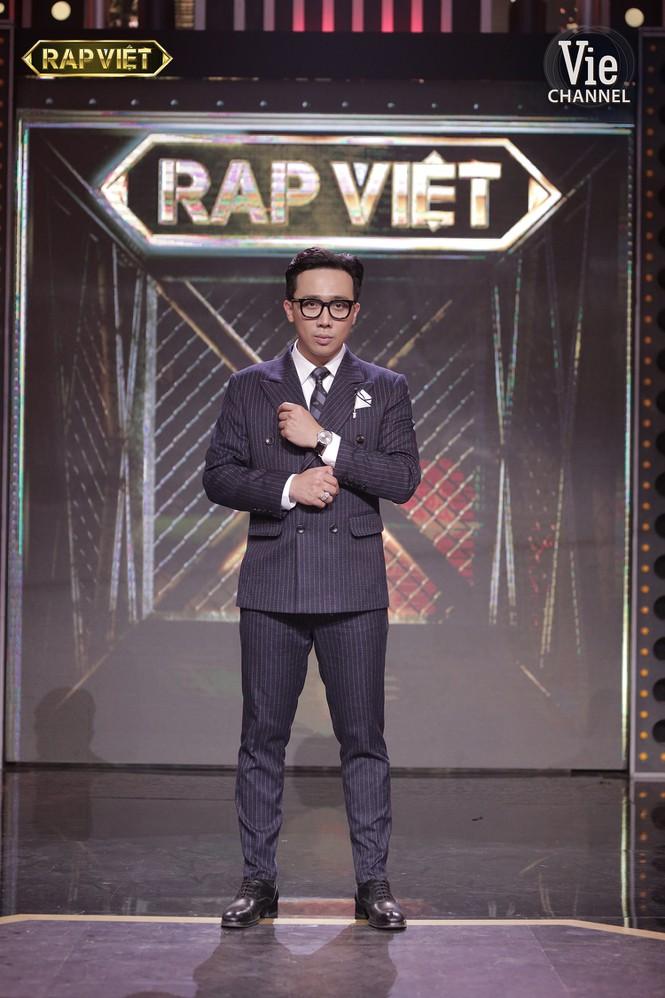 Trấn Thành từng nhận nhiều phản đối từ khán giả khi trở thành MC Rap Việt, nhưng anh đã chinh phục được đa số khán giảnhờ tài dẫn dắt khéo léo của mình.