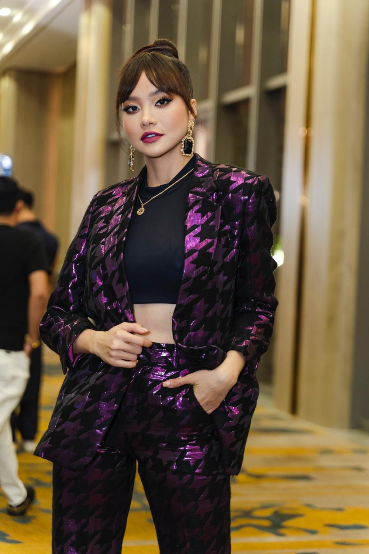 MC - Hoa hậu Kiều Ngân trong bộ suit tông tím trendy kết hợp áo croptop đen khoe trọn vòng eo con kiến