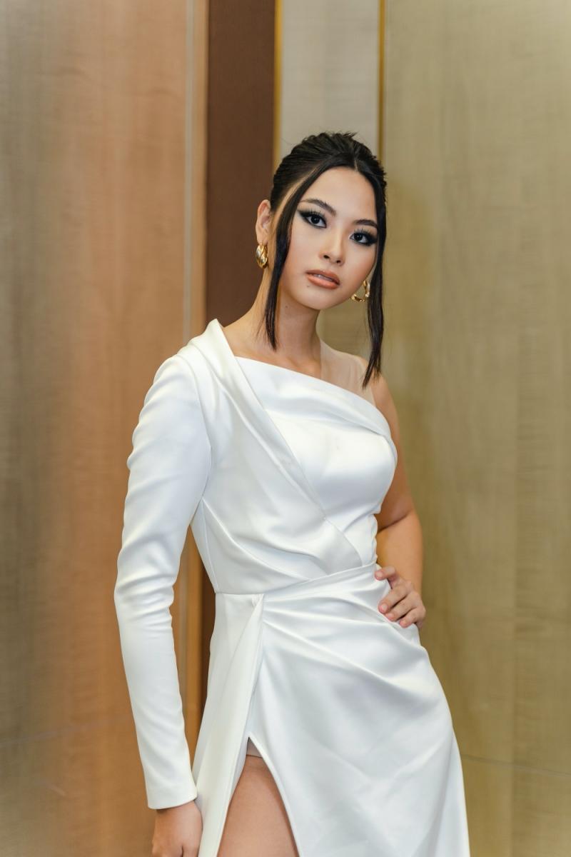 Top 5 Hoa hậu Hoàn vũ Việt Nam 2019 - Đào Thị Hà kiều diễm khi diện đầm trắng lệch vai cùng đường xẻ tà khoe trọn đôi chân dài tinh tế.
