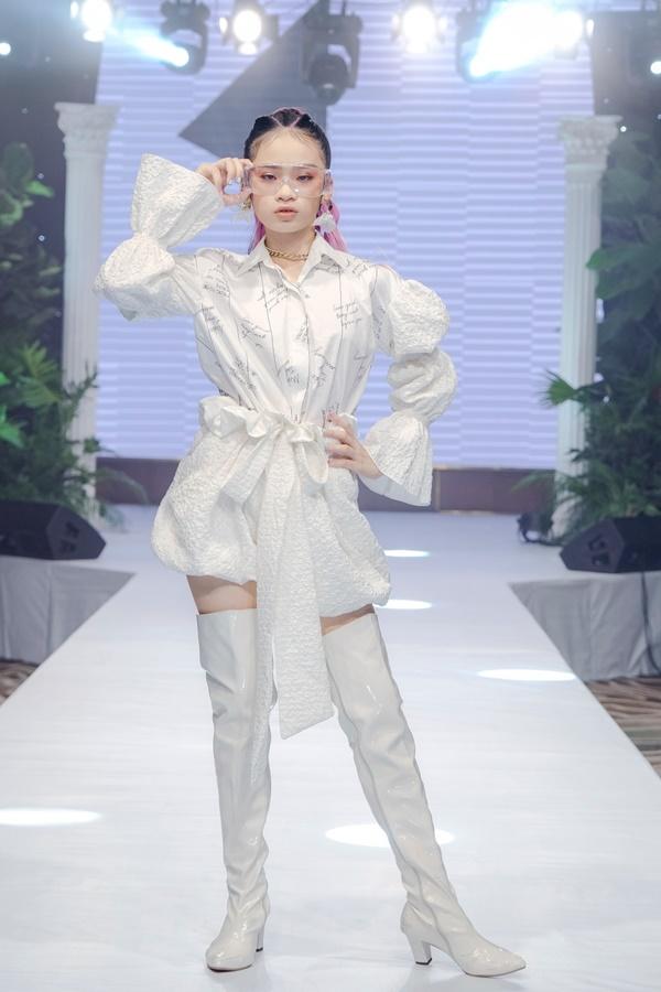 Mẫu nhí Bảo Hà catwalk chuyên nghiệp tại show thời trang của NTK Ivan Trần 0