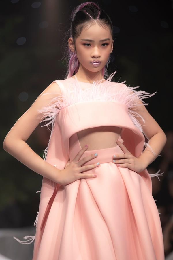 Mẫu nhí Bảo Hà catwalk chuyên nghiệp tại show thời trang của NTK Ivan Trần 3