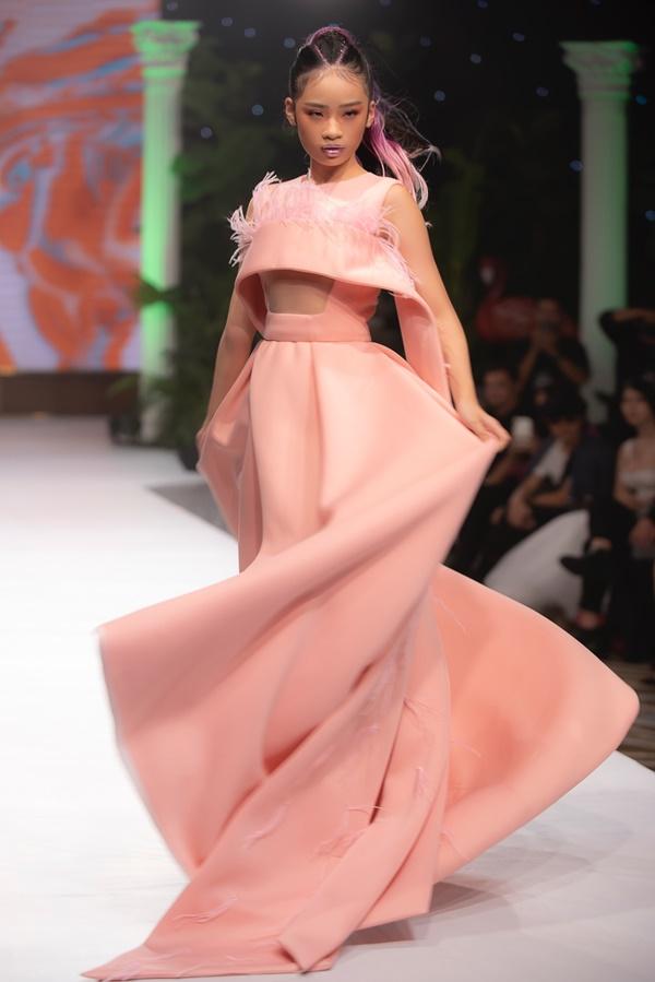 Mẫu nhí Bảo Hà catwalk chuyên nghiệp tại show thời trang của NTK Ivan Trần 2