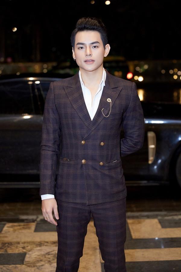Nam ca sĩ trẻ Tino điển trai với bộ suit kẻ caro lịch lãm, bảnh bao tại sự kiện thời trang vào cuối tuần tại TP. Hồ Chí Minh.
