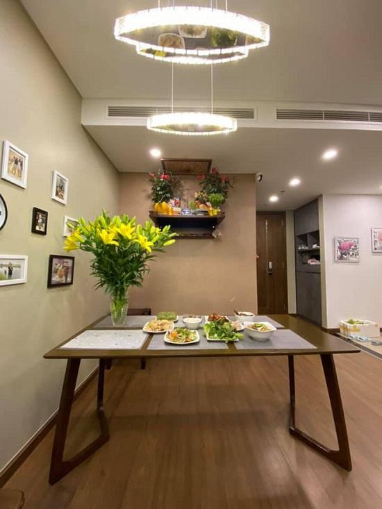 Nam MC lựa chọn tone màu trầm như xám, nâu cho phòng khách và khu vực ăn uống còn các màu sáng cho phòng bếp.