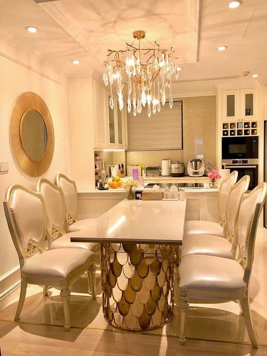 Đa phần các khu vực trong nhà đều được Diệp Chi trang trí theo tone màu trắng và vàng.