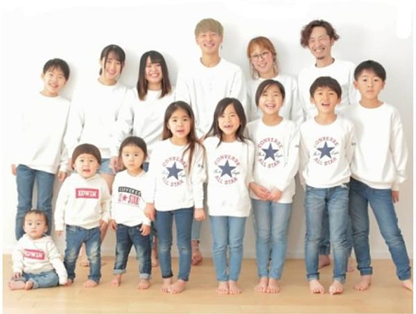 Cả gia đình 14 người chụp ảnh với nhau.
