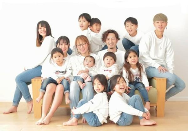Cuộc hôn nhân khó tin của cặp vợ chồng Nhật:24 năm đẻ 12 đứa con, 6 trai 6 gái, bước vào nhà ai cũng choáng 7