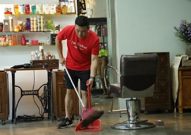 Mã Quốc Tất dọn dẹp không công cho quán cắt tóc để được cắt tóc miễn phí.