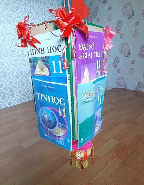 Chiếc đèn Trung thu được làm từ sáchToán, Tin học, Hình học, Đại số,… lớp 11.