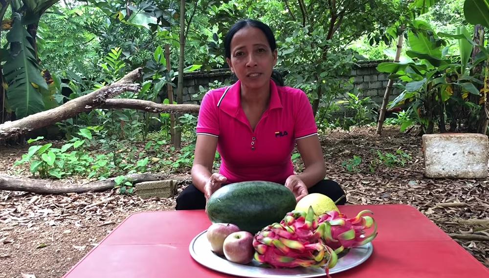 Do tài chính eo hẹp nên bà chỉ làm món trái cây dầm đá lạnh đơn giản