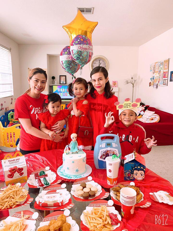 Hiện cậu đang sống cùng gia đình Thanh Thảo ở Mỹ
