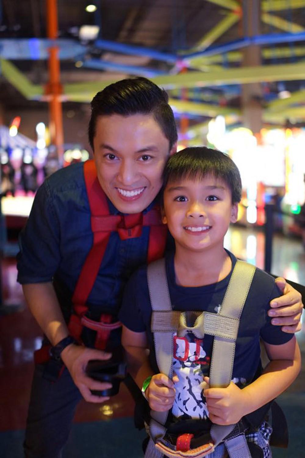 Vì con trai Kiến Văn sống ở Mỹ nên hai cha con ít có dịp gặp gỡ