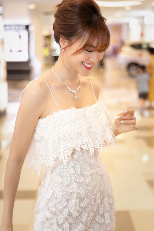 Ninh Dương Lan Ngọc được gọi là 'ngọc nữ' của màn ảnh Việt, trong những sự kiện xuất hiện, cô thường chọn phong cách thanh lịch, chuẩn tiểu thư sang chảnh.