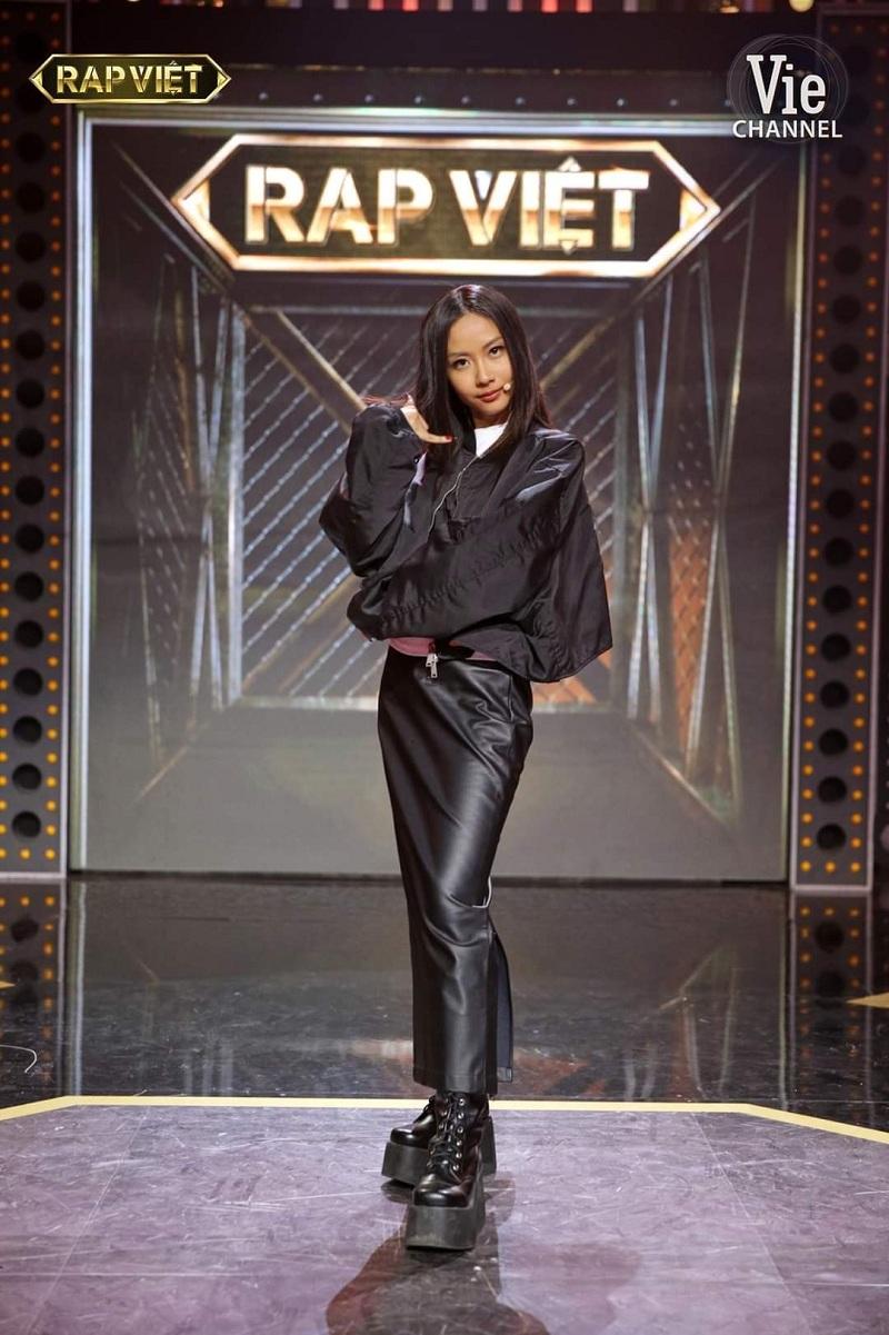 Vẫn là 'nữ hoàng Monochrome'với câyđen, Suboi phối những món đồ đến từ các thương hiệu thời trang với nhau và mang đến set outfits đắt tiền trị giá hơn 61 triệu đồng. Cặp áo bomber Unravel Project - áo thun Aspirin trắng, chân váy đen FUSSY cùng bộ đôi khuyên tai MISBHV - vòng cổ AAH Midnight Club x Vaegabond và đôi boots cao cổ Platform Lace-up đã khẳng định hình ảnh quyền uy nhưng không kém phần nữ tính cho 'bóng hồng'của Rap Việt.