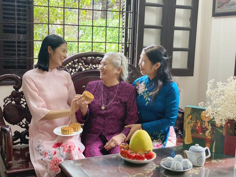 Ngọc Hân được bà ngoại, mẹ ruột khen về khả năng làm bánh trung thu 3