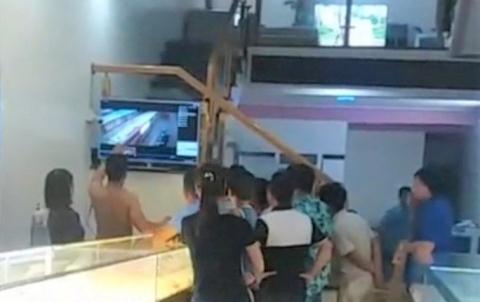 Người dân đang xem lại camera an ninh thời điểm nam sinh cạy tủ trộm vàng