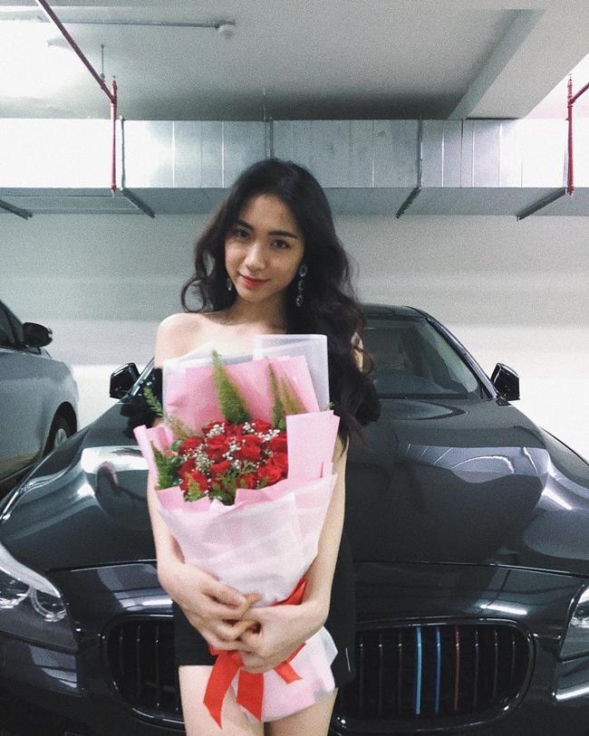 Hình ảnh mua xe mới trước đây của Hòa Minzy