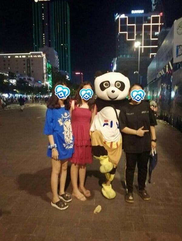 Nhóm bạn bị một người mặc đồ thú bông nhờ chụp ảnh cùng. Ảnh Quỳnh Như.