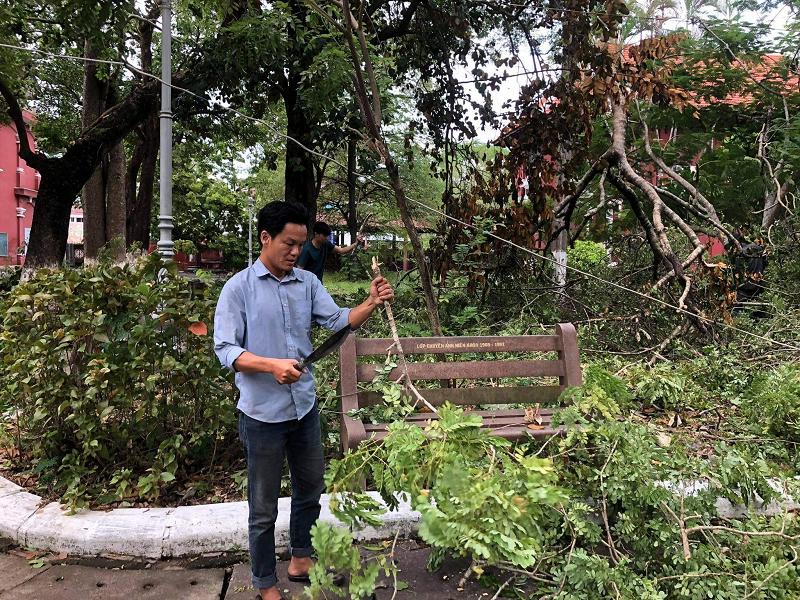 Trường Quốc học Huế bị sập tường rào sau bão 7