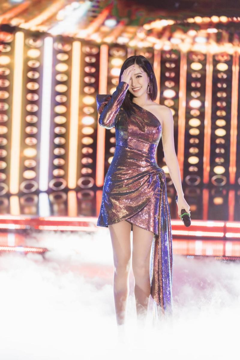 Ở một diễn biến khác, Bích Phương vẫn là một cô gái rất xinh đẹp và quyến rũ, chứ chẳng phải như cô nàng nhận là 'chẳng có gì'.
