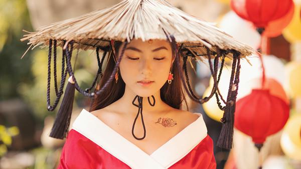 Nhân vật nữ có hình xăm hoa hải đường trên người.