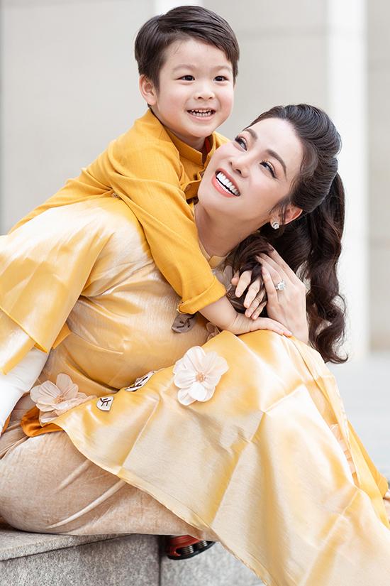 Nhật Kim Anh và con trai Tin