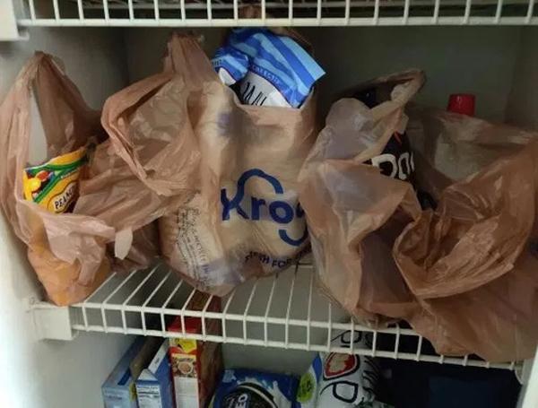 Chàng traicảm thấy 'nóng mắt' khi thấy bạn gái xếp luôn các túi hàng hóa trên tủ bếp, không phân loại và không mở túi nilon ra.
