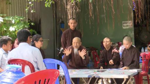 Cơ quan chức năng kiểm tra hành chính tại nơi tự xưng là 'Tịnh thất Bồng Lai' - Ảnh: Người lao động.