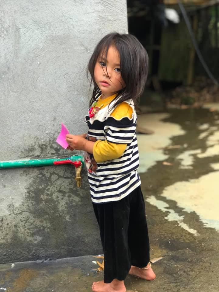Tranh cãi nảy lửa quanh hình ảnh những em bé Hà Giang make-up môi đỏ má hồng hút khách du lịch 3