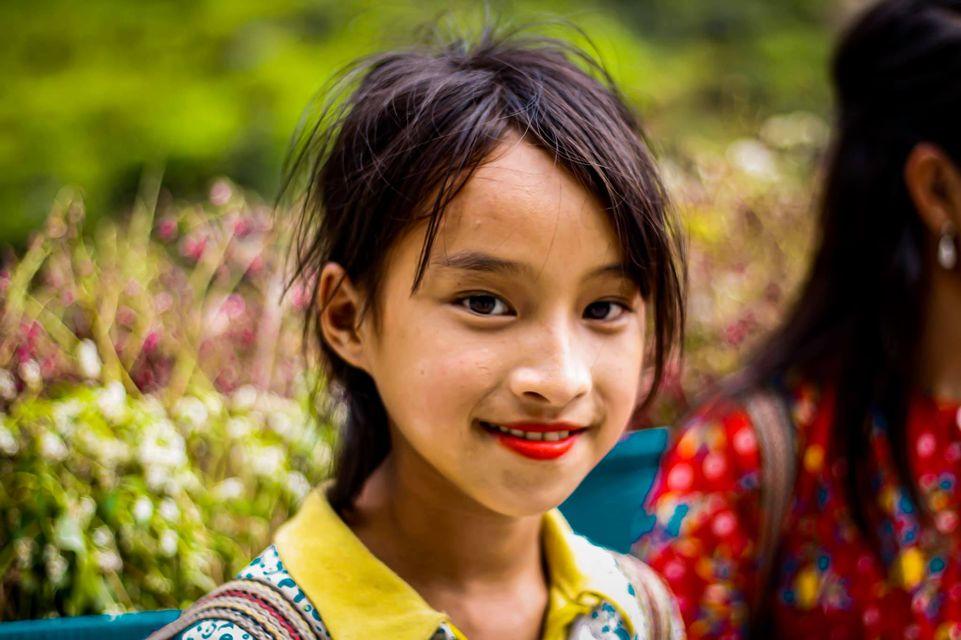 Tranh cãi nảy lửa quanh hình ảnh những em bé Hà Giang make-up môi đỏ má hồng hút khách du lịch 5