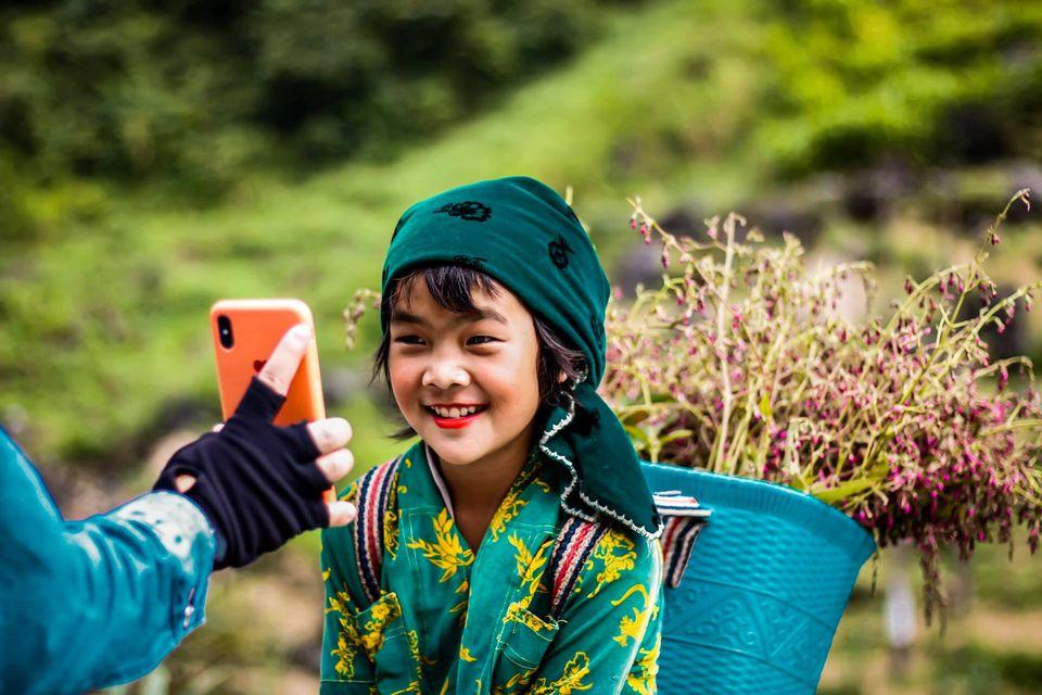 Tranh cãi nảy lửa quanh hình ảnh những em bé Hà Giang make-up môi đỏ má hồng hút khách du lịch 6