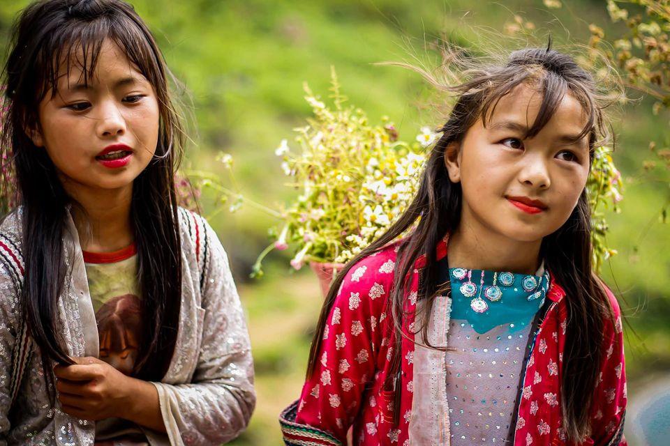 Tranh cãi nảy lửa quanh hình ảnh những em bé Hà Giang make-up môi đỏ má hồng hút khách du lịch 7