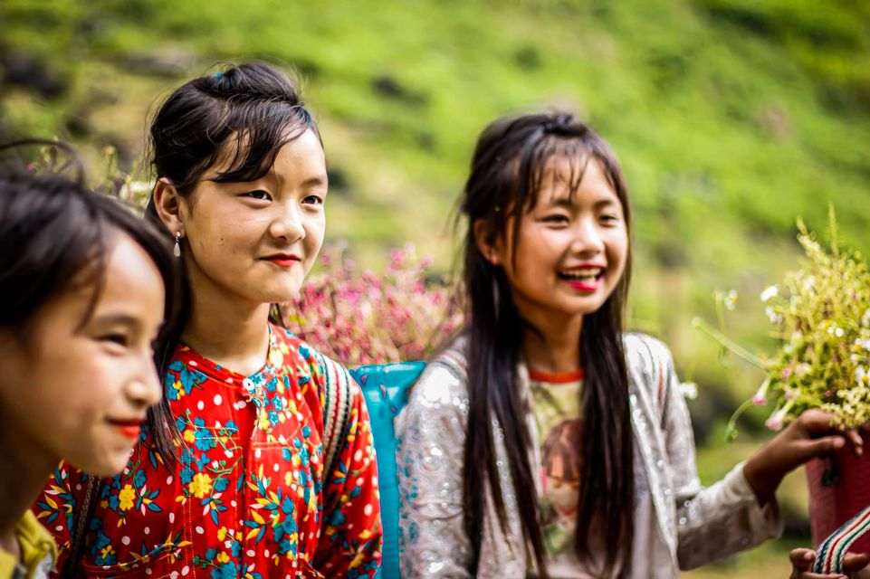 Tranh cãi nảy lửa quanh hình ảnh những em bé Hà Giang make-up môi đỏ má hồng hút khách du lịch 8