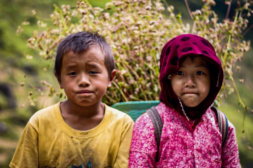 Tranh cãi nảy lửa quanh hình ảnh những em bé Hà Giang make-up môi đỏ má hồng hút khách du lịch 9