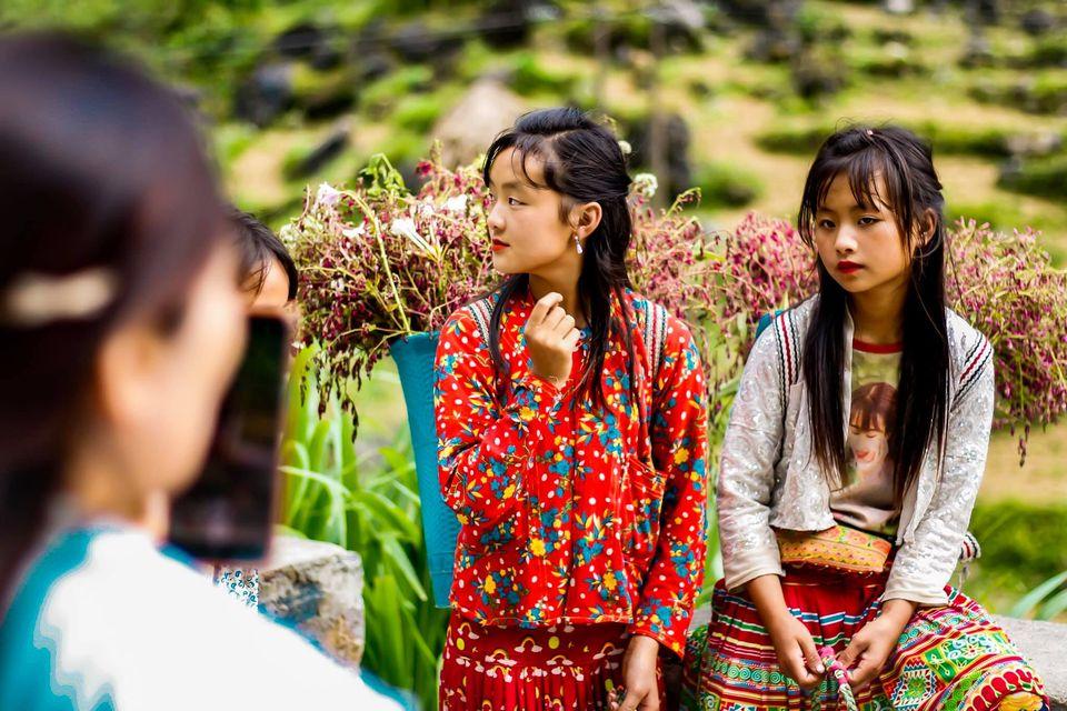 Tranh cãi nảy lửa quanh hình ảnh những em bé Hà Giang make-up môi đỏ má hồng hút khách du lịch 10