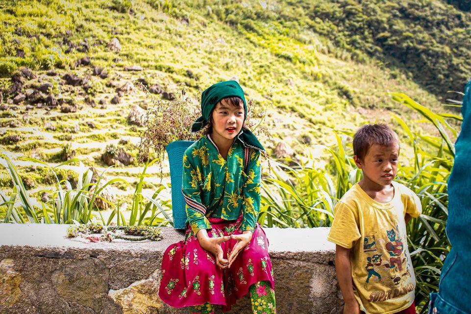 Tranh cãi nảy lửa quanh hình ảnh những em bé Hà Giang make-up môi đỏ má hồng hút khách du lịch 11