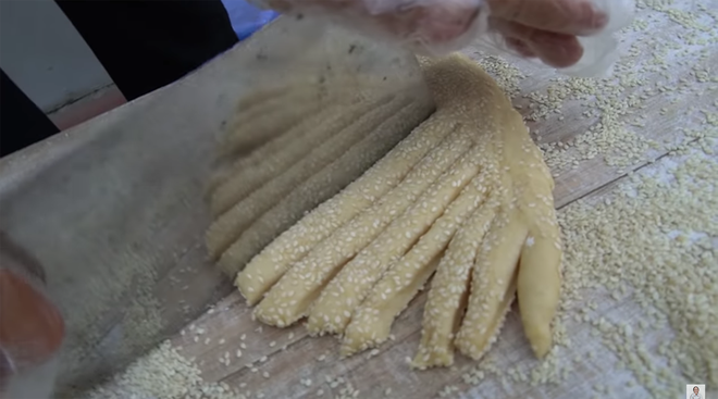 Bà Tân Vlog làm bánh tiêu phiên bản 'kinh dị', dân mạng lập tức soi ra chi tiết mất vệ sinh 1