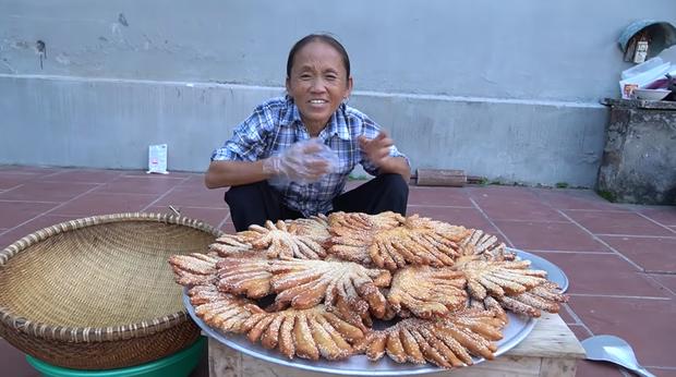 Bà Tân Vlog làm bánh tiêu phiên bản 'kinh dị', dân mạng lập tức soi ra chi tiết mất vệ sinh 3