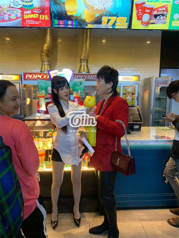Lần đầu dự sự kiện cùng nhau, Karik ga lăng cầm túi, ngọt ngào đút ăn cho bạn gái 0
