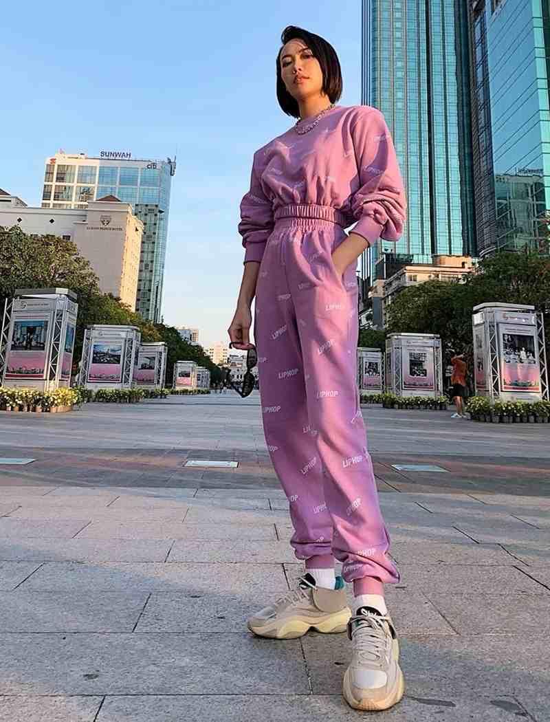 Lăng xê gam hồng phấn song Diệu Nhi lại làm bật tinh thần thể thao nhờ set đồ crop top và quần jogger đồng bộ, phối cùnggiày sneakerskhỏe khoắn.