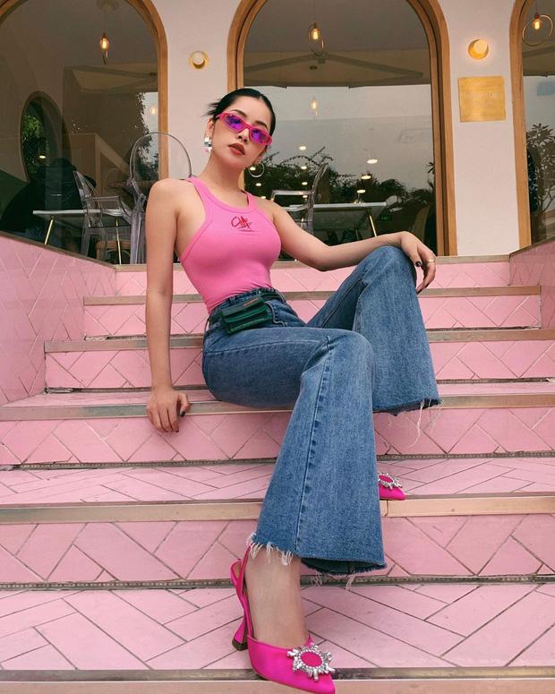 Áo tank top hồng + quần jeans ống loe cũng là gợi ý không tồi, diện lên vừa nổi bật thời thượng lại còn giúp cô nàng tôn dáng tuyệt đối. Nếu muốn thêm phần ấn tượng, bạn có thể mạnh dạn đi một đôi giày xuyệt tông hồng với chiếc áo như Chi Pu.