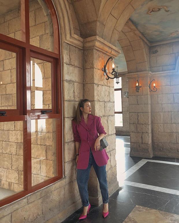 Áo blazer hồng thẫm + quần jeans cũng là gợi ý không tồi. Bạn có thể mạnh dạn đi một đôi giày xuyệt tông hồng với chiếc áo blazer như Yến Nhi, dện lên vừa nổi bật cả một góc trời mà chẳng kém phần thời thượng.