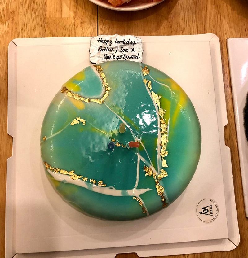 Bánh sinh nhật mẹ Long Hải tặng chồng, con trai và Huyền Trinh.